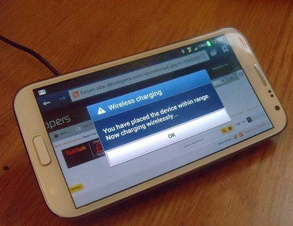 Pantalla del Samsung Galaxy Note 2 con cargador inalámbrico